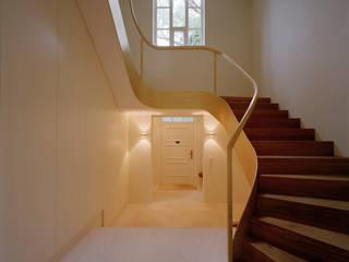 Treppe mit Bronzewangen Moderner Flur, Diele & Treppenhaus von Aufleiter & Roy GmbH Modern