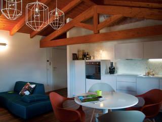 Casa Perla: Soggiorno in stile  di Perla Arredamenti