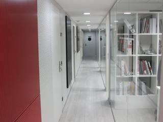 Acondicionamiento acústico con paneles de madera fonoabsorbente que se cuelgan como cuadros SPIGOGROUP Estudios y despachos de estilo moderno