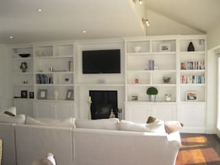 Bookcases for Fireplace wall: classic Living room by INGLISH DESIGN