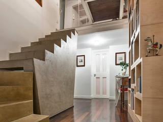 Pasillos, vestíbulos y escaleras modernos de Studio Bugna Moderno
