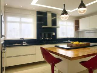 Apartamento Vila Rica Santos: Cozinhas  por Lucia Navajas -Arquitetura & Interiores