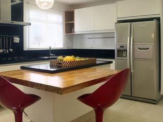 Modern kitchen by Lucia Navajas -Arquitetura & Interiores Modern