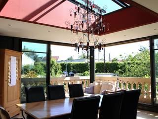 Salle à manger ou la lumière domine:  de style  par Desclaux thierry