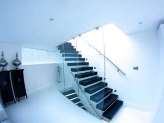 Classic and minimalistic Floating Stairs with black steps by Railing London Ltd Сучасний