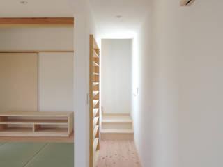 篠田 望デザイン一級建築士事務所 玄關、走廊與階梯櫥櫃與書櫃