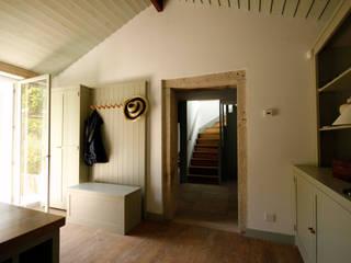 House Âncora: Corredores e halls de entrada  por Branco Cavaleiro architects,Rústico