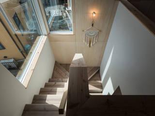 足場板と下地合板による階段: エンジョイワークス一級建築士事務所が手掛けた廊下 & 玄関です。,