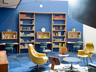 16. Bespoke wall storage unit with integrated desk spaces align Negozi & Locali commerciali moderni