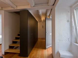 Couloir et hall d'entrée de style  par Paulo Freitas e Maria João Marques Arquitectos Lda, Minimaliste