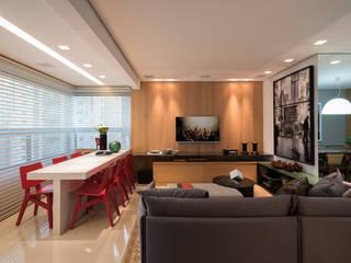 Projekty,  Pokój multimedialny zaprojektowane przez Nara Cunha Arquitetura e Interiores,