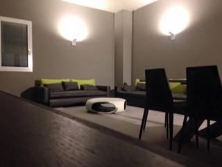 Sui colli Piacentini, un'appartamento dai toni minimalisti: Soggiorno in stile  di Zoom Interior Life Style