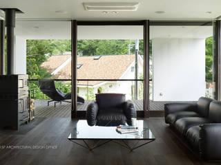 リビング~035カルイザワハウス: atelier137 ARCHITECTURAL DESIGN OFFICEが手掛けたリビングです。