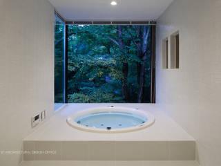 浴室夕景~035カルイザワハウス: atelier137 ARCHITECTURAL DESIGN OFFICEが手掛けた浴室です。