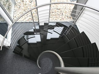 Natuurstenen RVS spiraaltrap met vrijdragende natuursteen treden: modern  door Allstairs Trappenshowroom, Modern
