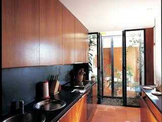 Modern kitchen by C. PRATA ARQUITETOS Modern