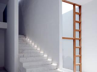 CASA AR: Pasillos y recibidores de estilo  por Lucio Muniain et al