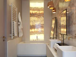 Il bagno padronale LEI: Bagno in stile  di Studio Andrea Castrignano