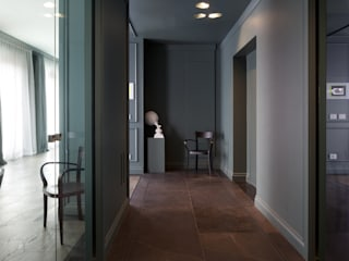Classic style corridor, hallway and stairs by Studio Andrea Castrignano Classic