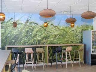 Espace cafétéria du personnel niveau 1: Bureaux de style  par STUDIO NOA INTERIEURS
