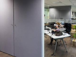Panneaux de séparation acoustiques coulissants dans open space: Bureaux de style  par STUDIO NOA INTERIEURS