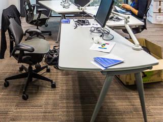 Poste de travail trio avec plateaux de travail coulissants (pas de frontalité entre collaborateurs): Bureaux de style  par STUDIO NOA INTERIEURS