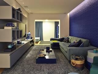 Salas multimedia de estilo  por Lovisaro Arquitetura e Design