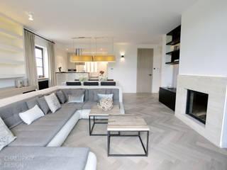 Dom pod Konstancinem: styl , w kategorii Salon zaprojektowany przez Chałupko Design