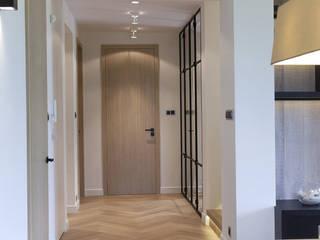 Dom pod Konstancinem: styl , w kategorii Korytarz, przedpokój zaprojektowany przez Chałupko Design
