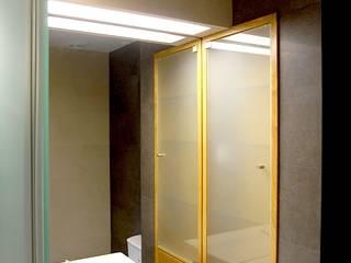 Ванные комнаты в . Автор – AGUA-MESTRA, Lda;, Модерн