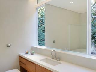 Cerejeira Agência de Arquitetura 現代浴室設計點子、靈感&圖片