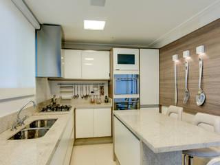 Cobertura Duplex: Cozinhas  por Lucia Navajas -Arquitetura & Interiores