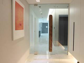 Couloir, entrée, escaliers modernes par MID 먹줄 Moderne