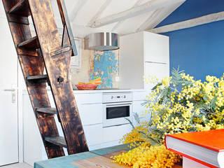 Cocinas de estilo industrial por Sucursal urbana universo Sostenible