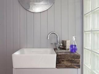 Coastal Townhouse:  Bathroom by Jude Burrows Interior Design