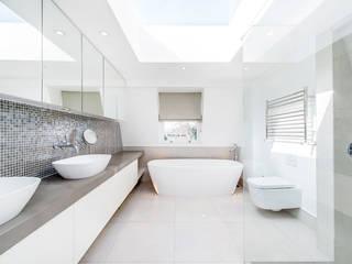 Contemporary Bathroom and Lighting Baños modernos de homify Moderno