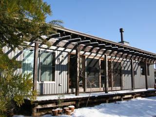Balcones y terrazas de estilo ecléctico de 合同会社加藤哲也建築設計事務所 Ecléctico