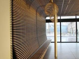 Houten plafond als zitmeubel:  Gastronomie door Elbeto systeemplafonds