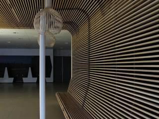Houten plafond als zitbank:  Gastronomie door Elbeto systeemplafonds