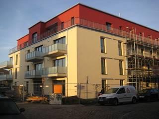 Gesamtansicht kurz vor Fertigstellung: moderne Häuser von Solarc Architekten