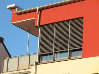 Detail Staffelgeschoss: moderne Häuser von Solarc Architekten
