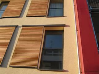 Detail Schiebeläden: moderne Häuser von Solarc Architekten