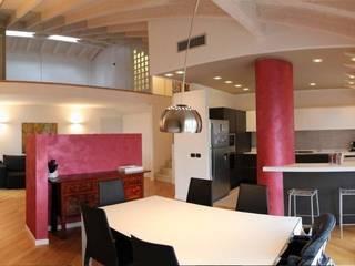 Soggiorno con zona pranzo, cucina e salotto.: Soggiorno in stile in stile Moderno di Studio Martin ... non solo architetture