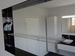 Badezimmer Modern Art:  Badezimmer von Lallerdesign