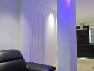 PILAR SALON ILUMINADO INDIRECTAMENTE CON LUZ LED AZUL.: Salones de estilo  de ERRASTI