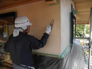漆喰塗り: 中村茂史一級建築士事務所が手掛けた壁です。