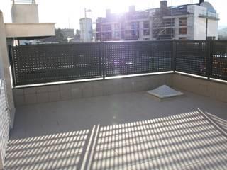 Modern balcony, veranda & terrace by ERRASTI Modern