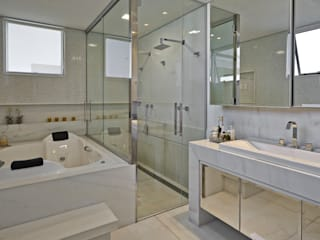 Residência LM: Banheiros  por Gláucia Britto,