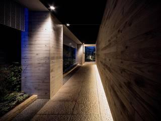 アプローチ露地: 松田靖弘建築設計室が手掛けた壁です。