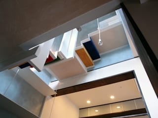 ピアノホール吹き抜け: BANKnoteが手掛けた廊下 & 玄関です。